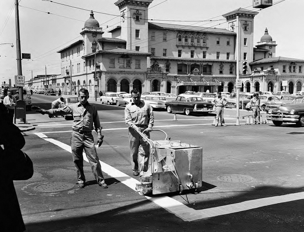 Terminal-Station-with-Men-Painting-a-Crosswalk-on-Spring-Street-on-March-31-1960-Georgia-State-University-Library-1024x781